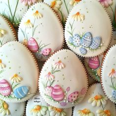 Image may contain: 2 people, food Fancy Cookies, Iced Cookies, Cute Cookies, Easter Cookies, Cupcake Cookies, Sugar Cookies, Buttercream Decorating, Cookie Decorating, Easter Biscuits