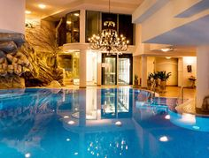 Jouissez des jours resposants et luxueux au Valais !  Avec cet offre spécial vous passez à deux des nuitées à l'hôtel 5 étoiles FERIENart® Resort & Spa à Saas-Fee. Le prix à partir de 399.- comprend le petit-déjeuner, un souper composé de 3 plats et l'accès à l'espace bien-être.  Ici tu peux réserver tes vacances bien-être: http://www.besoin-de-vacances.ch/vacances-bien-etre-a-saas-fee-2-399/