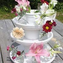 Van terracotta schalen en potten maak je snel en eenvoudig een bloemrijke etagère. Wanneer je het aardewerk wit verft, wordt het helemaal een fris object. Zet er mooie, lente bloemen in. Leuk voor binnen én voor buiten. Heb je meteen een reden om een gezellig tuinfeest te organiseren. Lees hier hoe je het maakt: http://www.hetgoed.nl/inspiratie/lente-etagere-2/