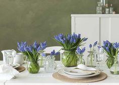 Et vakkert pyntet bord med blå perleblomster.