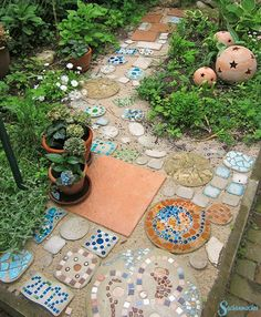 The things makers - Noctilucent mosaic! Lights up into the night. The mix of … Informations About Die Sachenmacher Pin - Herb Garden Design, Garden Art, Mosaic Projects, Garden Projects, Garden Stones, Garden Paths, Mosaic Stepping Stones, Mosaic Art, Amazing Gardens