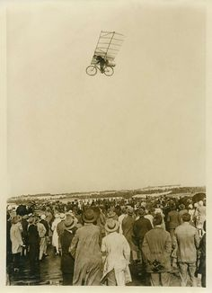 """Bicicletta volante, 1920 ca. < Il volo di Max Wiedenhöft. È stato riferito che il decollo è avvenuto dal Tempelhof Aiport e che l'originale mezzo di trasporto abbia viaggiato ad una velocità di 167 km all'ora. L'obiettivo ora è quello di sviluppare la macchina volante come bici razzo per raggiungere una velocità di 400 km all'ora. > (notizia e fotografia pubblicate come """"pesce d'aprile"""" da un giornale tedesco)"""