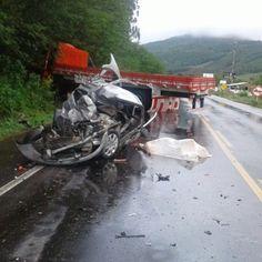 Mãe e filho morreram após o carro em que eles estavam colidir frontalmente com um caminhão na ma...