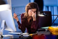 Если вы часто и подолгу сидите за компьютером, то моргаете не менее семи раз в минуту. Так наши глаза пытаются предупреждать синдром «офисного зрения».