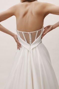 O minimalismo é uma das tendências dos vestidos de noivas. E aqui nesse artigo, conto sobre todos os estilos para arrasar em 2020. #vestidominimalista #vestidoliso #vestidodenoivaliso #vestidosembordado #tendenciavestidodenoiva #tendencianoiva #trendbride #tendenciavestido