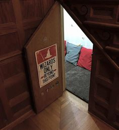 This Is the Harry Potter Cupboard Room of Your Wildest Muggle Dreams Harry Potter Cupboard Room Pictures Harry Potter Diy, Harry Potter Casas, Casas Estilo Harry Potter, Harry Potter Bedroom, Images Harry Potter, Theme Harry Potter, Harry Potter Houses, Under Stairs Cupboard, Potters House