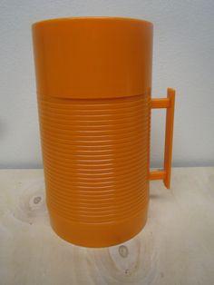 Oranssinen muovinen ruokatermari, englantilainen, siistikuntoinen. Väri luonnossa kunnon oranssi, nyt näyttää enemmänkin keltaiselta.  15 euroa.