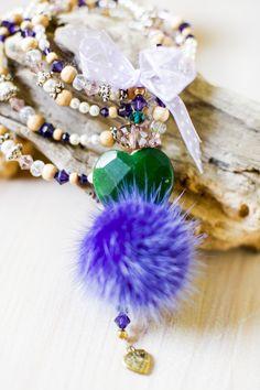 Ein tolle Farbkombination: dunkel grüne Jade und lila Nerzpuschel! Ein echter Eyecatcher!