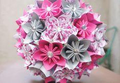 """Wer seine Origami-Künste erweitern will, greift gerne zum """"Kusudama"""" - dem Zusammensetzen vieler Origami-Module zu einem Kunstwerk. Jeder Kusudama-Blütenball ist ein echter Hingucker! In der japanischen Kultur wird geglaubt, dass Kusudamas böse Geister vertreiben und Glück bringen. #hobby"""