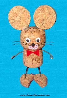 Fun for kids! Little Mouse - wine corks, hot glue, paper or fabric, little sticks or strong tooth picks. Just assemble your mouse by looking at the picture. (Website is not English)