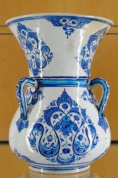 Kategori: İznik seramikleri - Wikimedia Commons China Painting, Ceramic Painting, Ceramic Vase, Ceramic Pottery, Islamic Tiles, Islamic Art, Persian Blue, Glazed Tiles, Turkish Tiles
