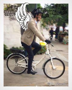 Voa moço, porque a chuva está apertando!!! Calça slim azul marinho, camisa azul claro, jaqueta casual bege. #streetstyle #modamasculina #menstyle #biker #calcaslimmasculina #camisaazul #jaquetamasculina #personalbranding #pbcrisueda