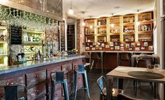 Para los amantes de la decoración vintage, del ladrillo vista y de la buena comida mediterránea, llega Hache Restaurante. Un restaurante situado frente al Pa...