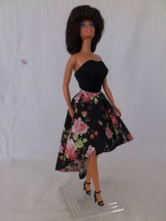 The Mullet Dress for Barbie with the free pattern  Barbie a Porter: Molde para Barbie - Vestido com Sobressaia Mullet