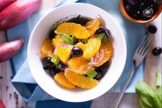 L'insalata di arance è un contorno tipico della Sicilia, fresco e gustoso, ideale per accompagnare saporiti secondi piatti di carne o pesce.