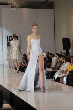 Vestido strapless con cintura iridiscente y corte en pierna.
