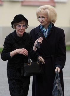 Anneliese Rothenberger und Liselotte Pulver bei der Beerdigung der Gräfin Sonja Bernadotte
