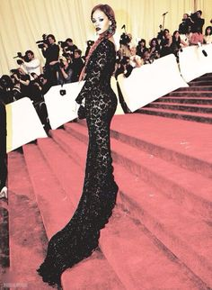 Rihanna in Stella McCartney dress at Met Ball Rihanna Red Carpet, Black Lace Gown, Dress Black, Summer Curls, Phresh Out The Runway, Stella Mccartney Dresses, Dressed To Kill, Tee Dress, Red Carpet Looks