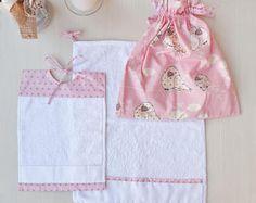 Set asilo personalizzato con nome ricamato a punto croce, bavaglino, sacca e asciugamano