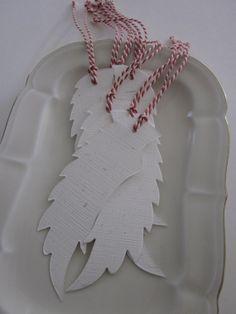 Angel wing gift tags --- Prachtige handgemaakte engelenvleugels in natuurlijk wit met gras stukjes erin met rood/wit touw---Leuk aan je cadeaus of aan een deurkrans