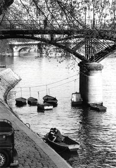 Willy Ronis: Les Amoureux du Pont Des Arts, 1957.