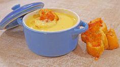 Sopa de maíz Ingredientes: (2 a 3 personas)  - 800 g de maíz en bolsa congelado  - 500 ml de caldo de pollo  - 350 ml de crema (nata) - Nuez moscada a gusto  - Sal y pimienta a gusto  Para las tostadas  - 8 rebanadas de pan baguette - 8 cucharaditas de aceite de oliva  - 8 cucharadas de queso cheddar rallado (opcional) - Sal y pimienta a gusto