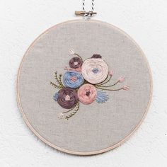 Garden Floral 7' Handmade Embroidery Hoop Art por BrynnandCo