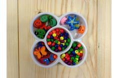 Set Ξύλινες Χάντρες 5663B-9  Συσκευασία με πολύχρωμες, ξύλινες χάντρες, χαμόγελα, πασχαλίτσες, πεταλούδες και αστερίες.Φτιάξτε τα δικά σας βραχιολάκια ή άλλες χειροτεχίες.Στολίσετε εύκολα και γρήγορα μπομπονιέρες, προσκλητήρια γάμου και βάπτισης, βαπτιστικές λαμπάδες, κουτιά, βιβλία ευχών, μαρτυρικά και λαδοσέτ, πασχαλινές λαμπάδες, συσκευασίες δώρων, εικαστικά κοσμήματα, και οποιαδήποτε άλλη χειροποίητη δημιουργία σας.