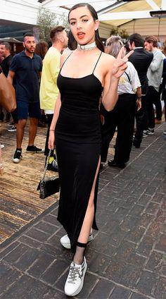 Street style look com vestido longo e choker.