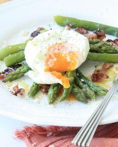 Espargos com Ovos Escalfados, Bacon e Parmesão                                                                                                                                                                                 Mais