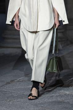 Jil Sander at Milan Fashion Week Spring 2020 - Details Runway Photos Milan Fashion, Fashion Show, Fashion Tips, Cafe Uniform, Trouser Jeans, Trousers, Red Carpet Dresses, Fashion Over 50, Minimal Fashion
