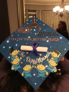 Graduation cap Toy Story theme with lights - - high school graduation outfits Graduation cap Toy Story theme with lights Disney Graduation Cap, Funny Graduation Caps, Graduation Theme, Graduation Cap Designs, Graduation Cap Decoration, High School Graduation, Graduate School, Graduation Gifts, Funny Grad Cap Ideas
