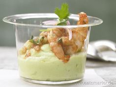 Scharfe Garnelen auf Avocadocreme Spicy shrimp on avocado cream – with chilli, lime juice and red onions – smarter – calories: 150 Kcal – time: 25 min. Avocado Creme, Avocado Mousse, Avocado Dip, Spicy Shrimp, Food Decoration, Appetizer Dips, Appetisers, Saveur, Vegan Snacks