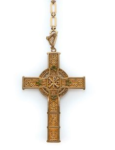 A PERIDOT AND GOLD CROSS PENDANT AND ITS CHAIN, BY MELLERIO DITS MELLER - circa 1932