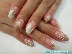 クリアベースで変形フレンチネイル variation French nail with a goods. I made a modified French pearl white, with brown to clear base. It was decorated by placing crystal stones, pearl, studded.