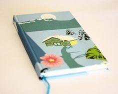 Cuaderno MOW, 120 hojas, papel ahuesado,    tapa forrada en tela, contratapa color celeste, cinta separadora color celeste.