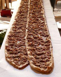 Etli ekmek (pan con carne molido) de Konya. #turquiaturismo #turquia #konya #turismo #viajes #viaje #viajero #viajeros #instaviajes #instaturismo #instatravel #travel #fotodeldia #foto #picoftheday #photooftheday #pizzaturca