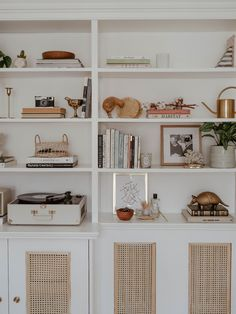Recamier: know what it is and how to use it in decoration with 60 ideas - Home Fashion Trend Room, Shelves, Home, Bookshelf Decor, Black Rooms, Room Decor, Bedroom Decor, Shelves In Bedroom, Shelving
