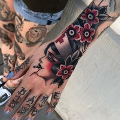 Tattoo Hand Women Old School - Tattoo S Tattoo, Tattoo Girls, Hand Tattoos, Tattoos 3d, Trendy Tattoos, Piercing Tattoo, Girl Tattoos, Tattoos For Women, Sleeve Tattoos