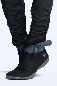 Your secret weapon for the studio and the street. Serious comfort and warmth everywhere you need to go. Get a boot, a wrap and a ribbon in the Nike Studio Mid Pack.