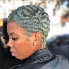 Still looking back on some of our favs... 🥰 @niksbeautystudio this is #sodope 🙌🏽😍 #love everything about this!!! #bosshair #pixiecut…