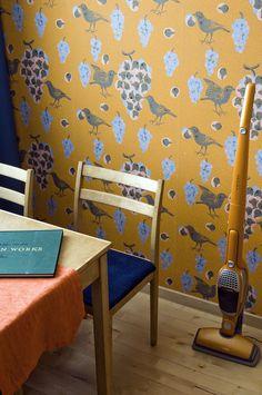 Tapettitehdas Pihlgren ja Ritola Oy - Sisustuskuvat Wishbone Chair, Master Bath, Sweet Home, Rugs, House, Wallpapers, Furniture, Murals, Mustard