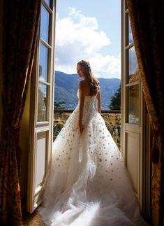 Vestido de noiva tomara que caia com saia volumosa de tule com aplicações de flores ( Vestido: Oscar de la Renta )
