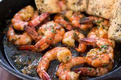Como fazer camarão ao alho. O camarão ao alho é um prato extraordinário e cheio de nutrientes benéficos para o organismo, do qual pode desfrutar tanto para uma refeição como para beliscar. Tome sempre cuidado para que os camarõe...