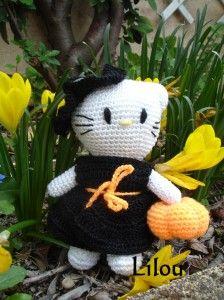 Pour chasser les araignées, ou alors pour les mettre dans son chaudron, ou pour .... s'en faire une copine.... Que sais-je, avec Hello Kitty, il faut s'attendre à tout !!! Là voici avec sa robe de sorcière, Son chapeau de sorcière, Et sa citrouille qu'elle...