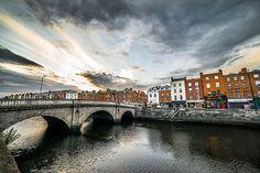 """Dublin : A l'origine une colonie viking, Dublin vient des mots gaéliques Dubh (qui signifie «noir») et linn (qui signifie «pool»). Cependant , le nom gaélique réelle pour Dublin est Baile Átha Cliath - ce qui signifie """"La ville du gué des haies de roseaux"""". Ceci fait référence aux obstacles en bois que les Vikings construisirent sur la rivière Liffey"""
