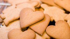 Oppskrift på pepperkaker, med Pernille Aga i videoen. Baking Recipes, Snack Recipes, Chips, Sweets, Vegan, Cookies, Desserts, Food, Scandinavian