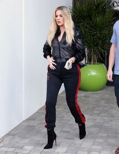 Khloe Kardashian Photos Photos - Khloe Kardashian Steps Out In Los Angeles - Zimbio