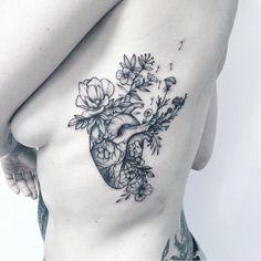 tatouage coeur femme cote coeur fleurs
