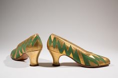 Perugia Pumps Green suede, gold metallic painted leather Circa France The Museum at FIT, Gift of Frank Smith Collection Photo: Eileen Costa/The Museum at FIT - The Cut Vintage Outfits, Vintage Shoes, Vintage Clothing, Vintage Glam, Vintage Costumes, 1930s Fashion, Vintage Fashion, Retro Fashion, Sock Shoes